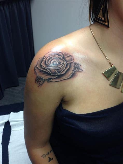 tatouage de rose epaule