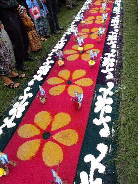alfombras de aserrin de colores flores  adornos  el paso de la procesion de corpus christi