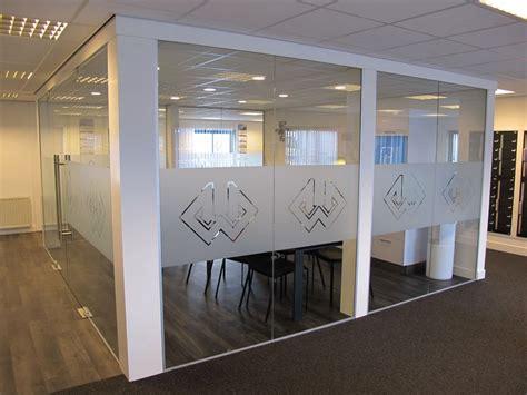 Design Folie Aanbrengen by Raamfolie Met Logo Windowdeco