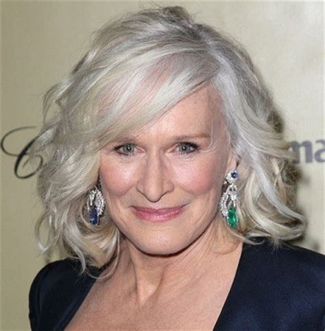capelli lunghi donne over 50: quali acconciature scegliere