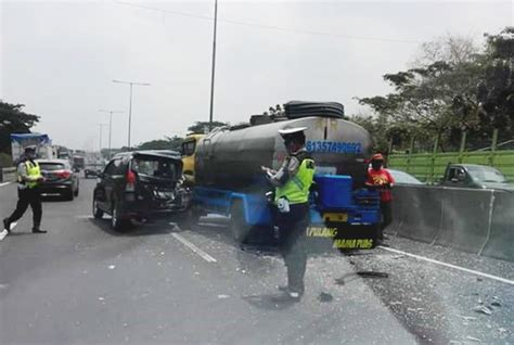 Karpet Scoopy 2017 Surabaya adu kencang truk tangki air seruduk avanza