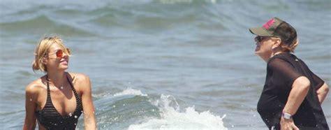 suocera in bagno ilary blasi al mare con la suocera fanno il bagno insieme