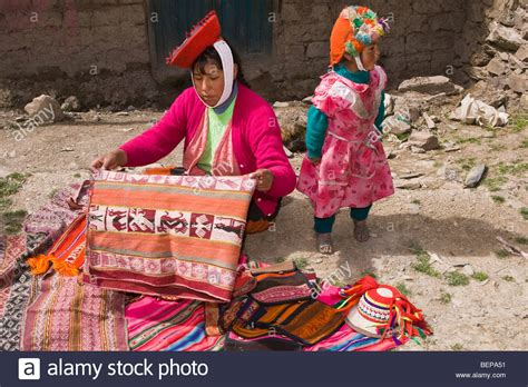 Selling Handmade Items Free - quechua selling blankets and handmade crafts in a