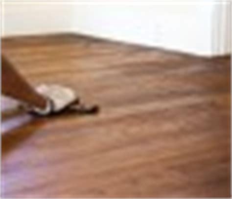 parkett auf teppich verlegen fischgr 228 t parkett verlegen anleitung in 3 schritten