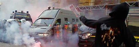 sede casapound roma corteo antagonisti scontri a roma lancio bottiglie a sede