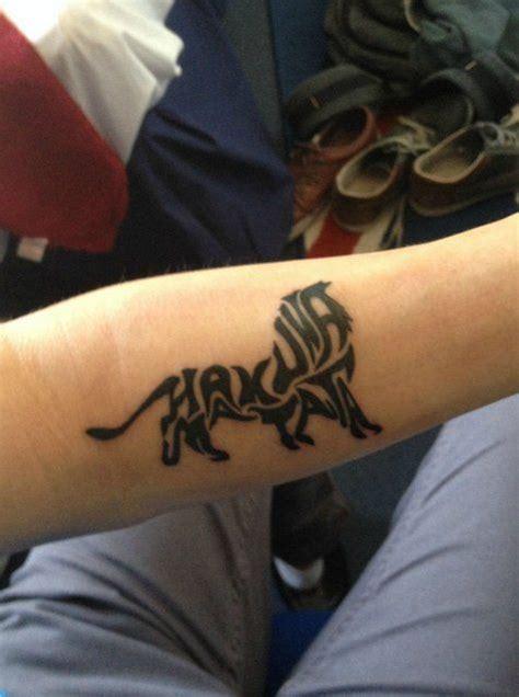 hakuna matata tattoo hakuna matata by garry tattoo tattoo love pinterest