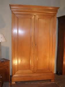 grande armoire en merisier clair style louis philippe