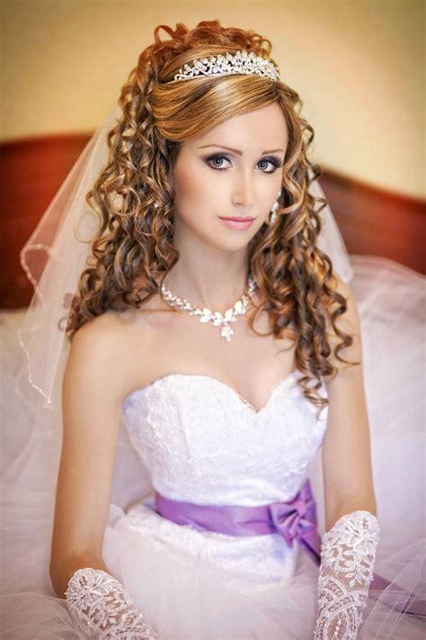 Hochzeitsfrisur Diadem Schleier by Zauberhafte Locken Mit Schleier Und Tiara