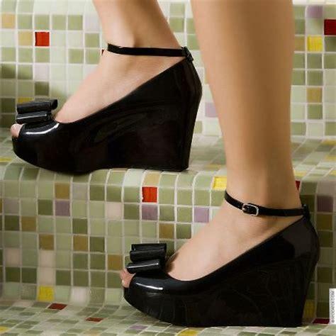 siyah beyaz modern dolgu topuk ayakkabi modelleri siyah rugan dolgu topuk kurdelalı ayakkabı modeli moda
