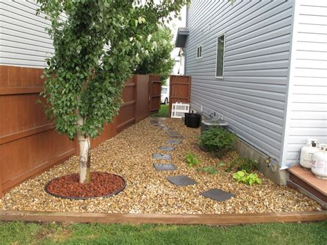Gravel Side Yard Gravel And Stepping Stones Clean Up A Shaded Side Yard