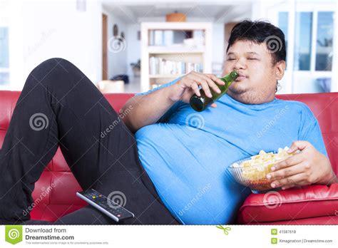 brustmuskeltraining zu hause mann fauler dicker mann zu hause stockfoto bild 41587618