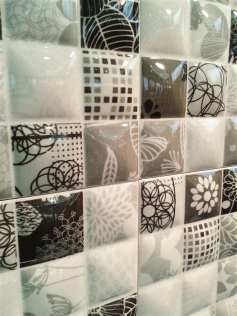contoh motif keramik kamar mandi desain interior