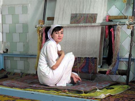 rug weavers file silk carpet weavers 3968809402 jpg wikimedia commons