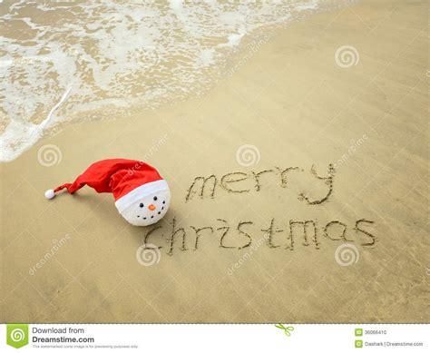 imagenes de feliz navidad en la playa feliz navidad escrita en la arena blanca de la playa