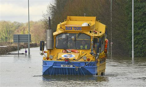 river thames duck boat anger in thames village as flooding rescuers resort to