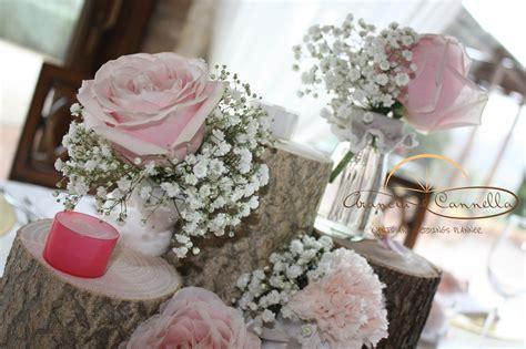 composizioni con candele e fiori dettaglio centrotavola con tronchi e fiori e candele tenui