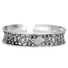 Decouvrez Decoupage Janna Conners Bangle Bracelet by Cuff Collection Tiger Mountain Janna Island Designs