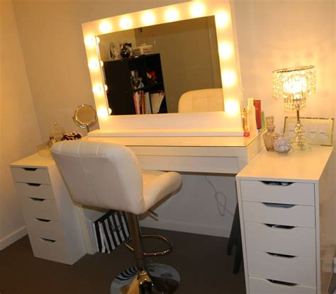 Lighted Makeup Vanity Sets by Makeup Table With Lighted Mirror Makeup Vidalondon