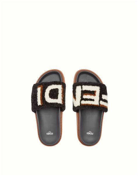 Harga Sandal Fendi terlihat simpel namun 5 sandal ini memiliki harga selangit