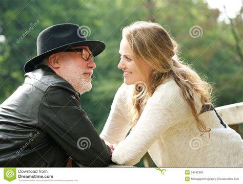 gay maduro con joven homem maduro com a jovem mulher que sorri em se foto de