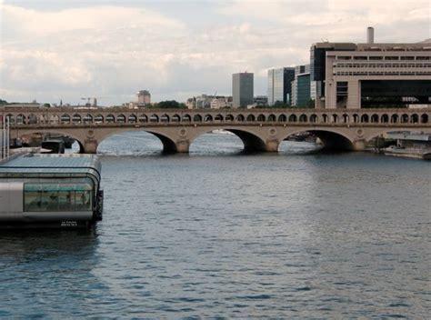 bateau mouche bercy paris la conciergerie et le pont au change photo de la