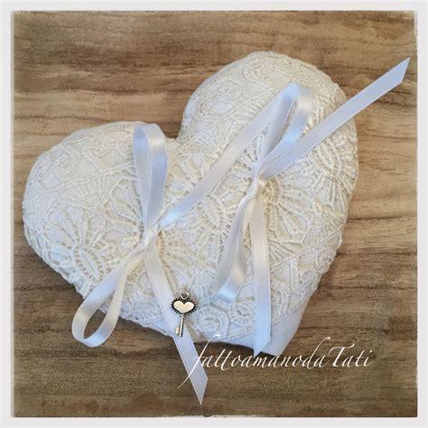 cuscino per fedi cuscino per fedi a forma di cuore in lino bianco con pizzo
