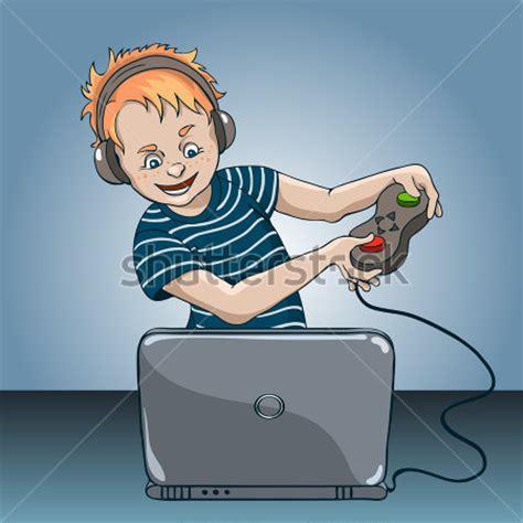 kişi ile bir laptop: dizüstü bilgisayar oyunu oynayan bir