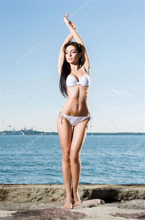 ragazze in costume da bagno al mare modella in costume da bagno foto stock 169 shmeljov 108212186