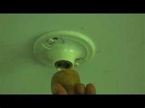 how to remove a broken light bulb