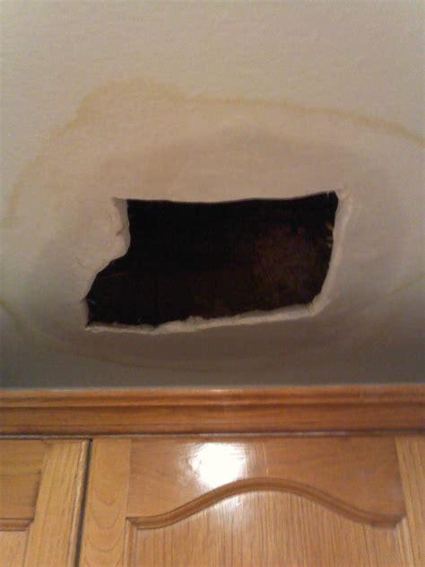 poner techo escayola poner un trozo de escayola en el techo de la cocina en