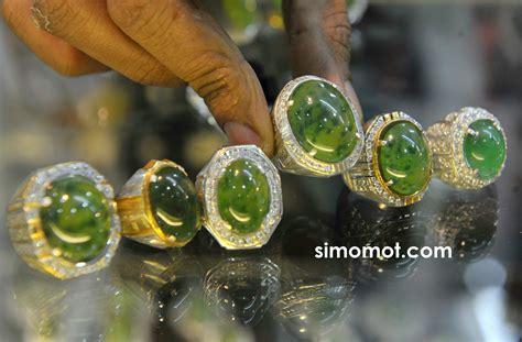 Batu Akik Iklim Tropis pengunjung memilih batuan mulia yang diperjualbelikan