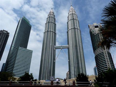 file the petronas twin towers in kuala lumpur malaysia jpg