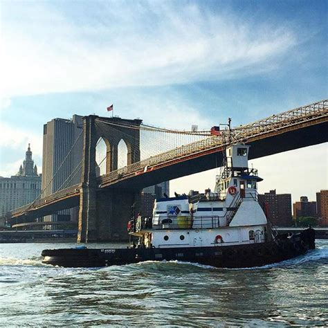 tugboat bridge a tugboat under the brooklyn bridge photos daily news