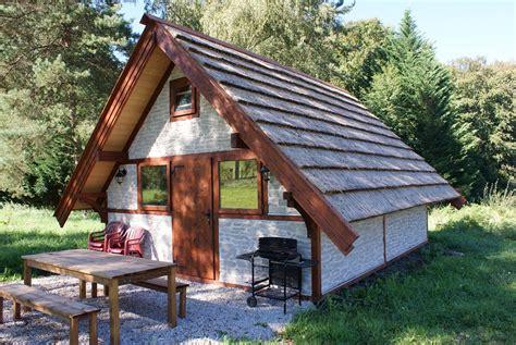 hutte gauloise accueil le domaine du moulin de lachaud sainte
