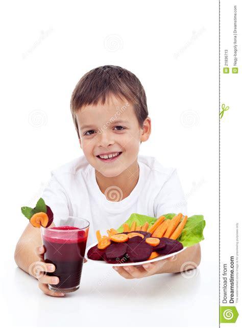 imagenes niños fuertes ni 241 o sano con el jugo fresco del betroot fotos de archivo