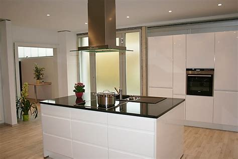 White Kitchens Ideas nobilia musterk 252 che kochinsel grifflos ausstellungsk 252 che