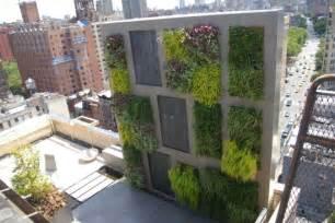 terrassen sichtschutz ideen balkon sichtschutz mit vertikalem garten g 252 nstig effektiv