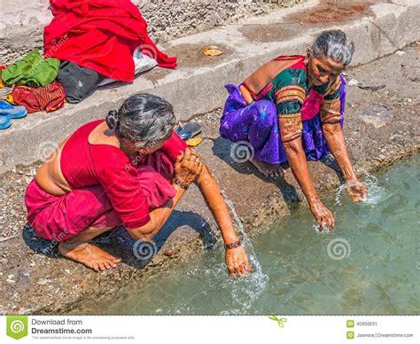 donna si bagna donna bagna in gange a rishikesh fotografia editoriale