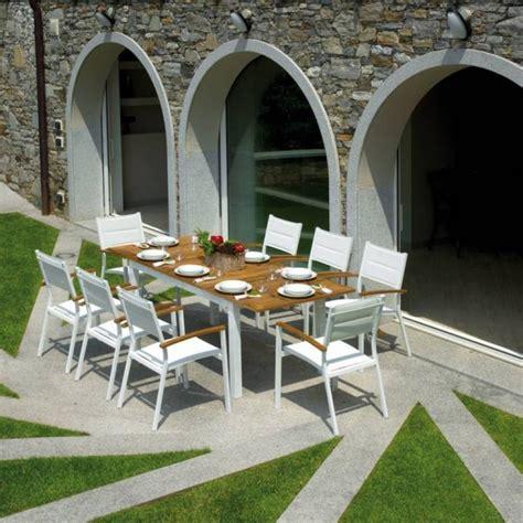 giardino arredo esterno cucina con pareti verdi