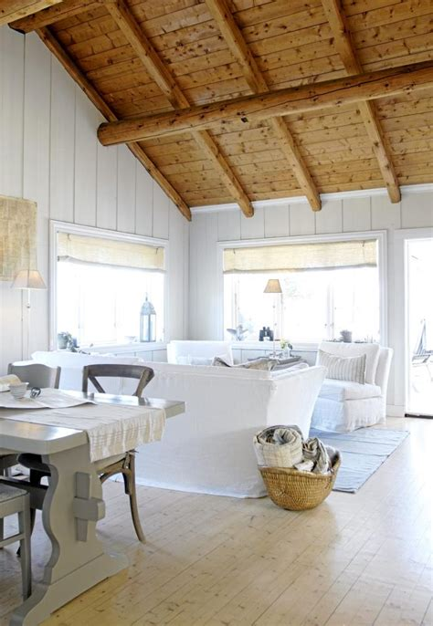 salon z kominkiem blog designbywomen duży jasny salon z drewnianym sufitem blog designbywomen