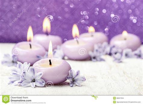 immagini candele e fiori candele e fiori profumati giacinto su fondo viola