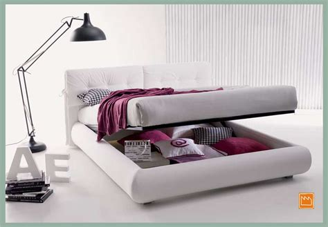 a letto con letti da una piazza e mezzo con contenitore
