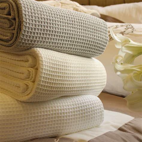 bettüberwürfe tagesdecken design wohnzimmer tierteppich