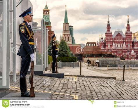 entrada kremlin protetor de honra na entrada ao kremlin moscou fotografia