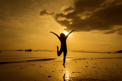 imagenes relajarse tumblr relajarse mujer mirando el mar en la playa descargar