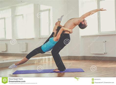 imagenes de yoga de tres personas dos personas est 225 n haciendo acro yoga dentro foto de