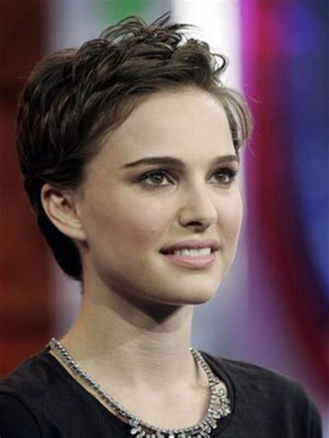 fotos de mujeres con cortes bien cortos en la nuca pelo muy corto rizado