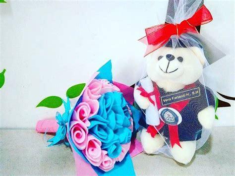 Boneka Wisuda Terdekat jual paket boneka bunga lebih hemat kado wisuda