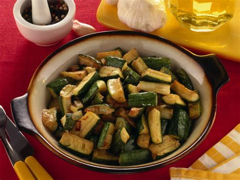 cucinare le zucchine in padella ricetta zucchine in padella con cipolla donna moderna