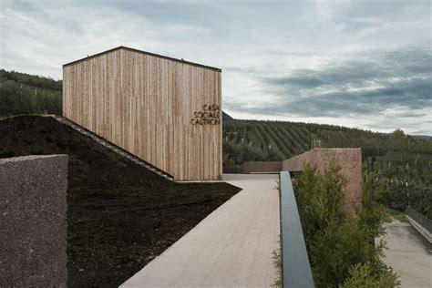 doghe in legno per rivestimento a cles volume costruito con i materiali dell arco alpino